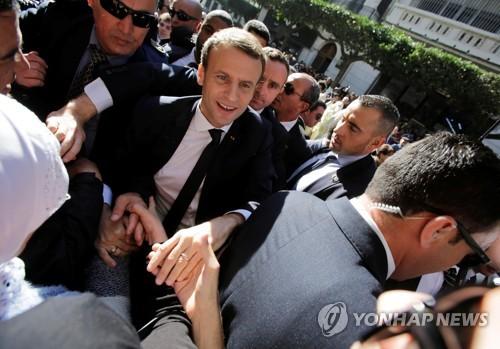 알제리 방문해 시민들의 환호 받는 에마뉘엘 마크롱 프랑스 대통령