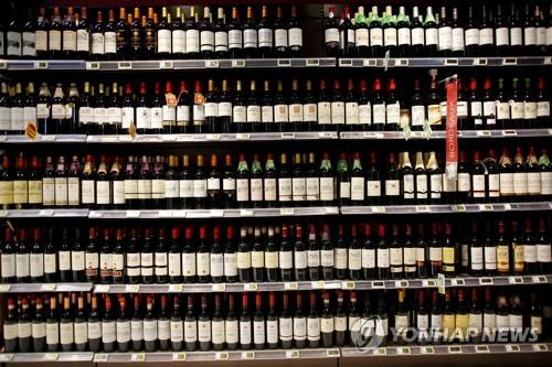프랑스의 한 슈퍼마켓에 진열된 와인