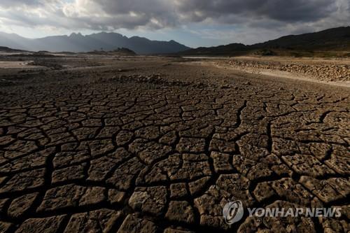 가뭄으로 바닥이 드러난 케이프타운의 최대 급수원인 디워터스클루프댐