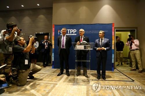 CPTPP 공식 서명에 앞서 회견하는 캐나다·칠레·뉴질랜드 장관들 [로이터=연합뉴]