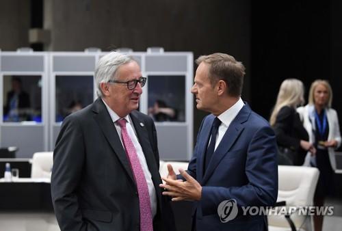 EU 정상회의에서 대화하는 투스크 정상회의 의장과 융커 EU 집행위원장