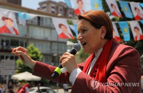 터키 대선 유세에서 연설하는 좋은당 메랄 악셰네르 후보