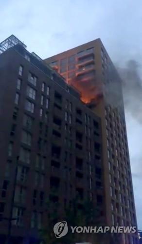 런던 루이샴 지역에서 발생한 화재 현장 [로이터=연합뉴스]