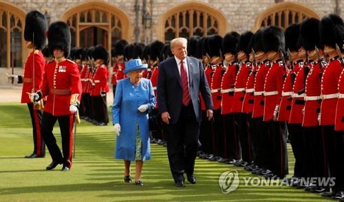 근위병 순시 중인 영국 여왕과 미국 대통령 [로이터=연합뉴스]