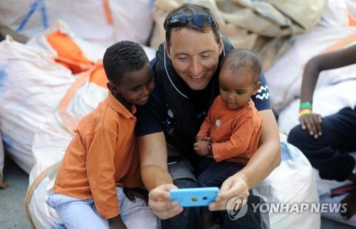 유럽 난민 문제 핵으로 다시 떠오른 구조선 아쿠아리우스호