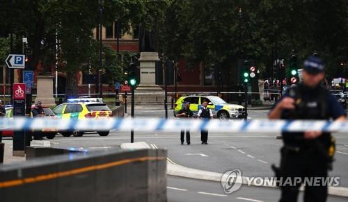 런던 테러 용의자, 보행자에 돌진한뒤 의사당 보호벽 들이받아