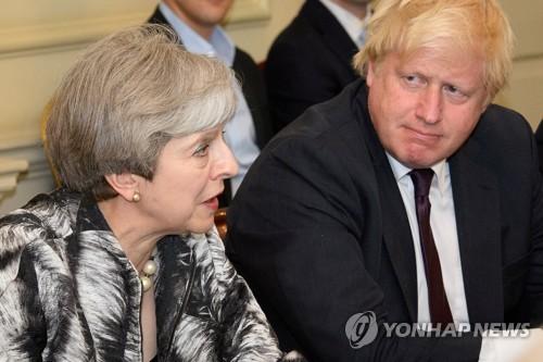 테리사 메이 영국 총리(왼쪽)와 보리스 존슨 전 외무장관 [로이터=연합뉴스]