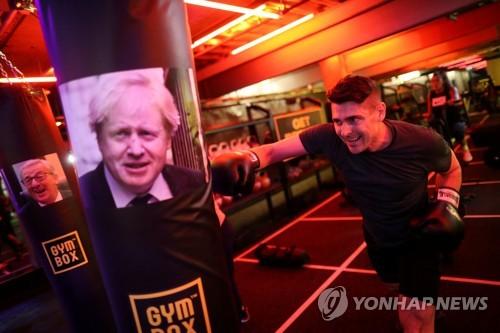 샌드백에 보리스 존슨 전 장관의 사진을 붙인 한 체육관 [로이터=연합뉴스]