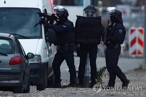 佛, 테러범 마지막 목격된 주택가서 대대적 색출작전…'허탕'