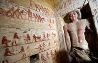 이집트 고대유물부는 15일(현지시간) 이집트 수도 카이로 근처의 사카라 유적지에서 약 4천400년전 만들어진 무덤을 새로 발견했다고 발표했다. 고대유물부는 이 무덤이 이집트 고대 제5왕조(기원전 약 2천500년∼2천350년) 시대의 왕실 사제였던 '와흐티에'의 묘로 추정한다고 밝혔다.