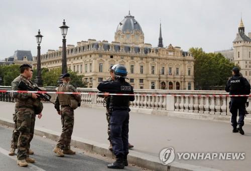 佛, 이슬람 극단주의 물든 경찰관 색출…두 명에게서 총기압수