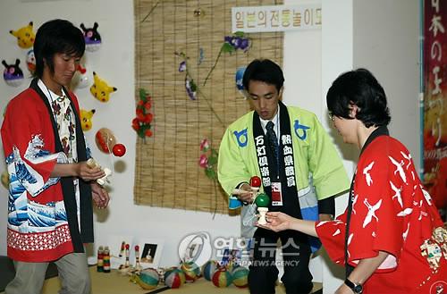 2009年は江原道春川市でJAPAN WEEKが開催された。けん玉を披露する関係者=(聯合ニュース)