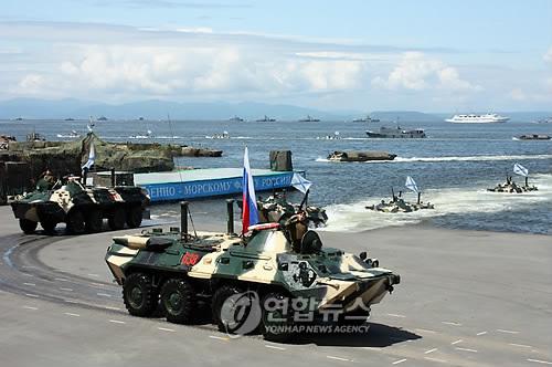 상륙작전 시범 보이는 러시아 해군 전차