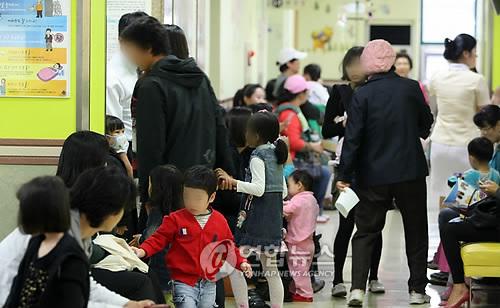 서울 시내 한 아동병원에서 시민들이 진료 순서를 기다리고 있다. (연합뉴스 자료사진)