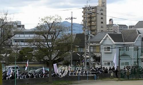조선학교 앞 난동 피우는 日극우단체