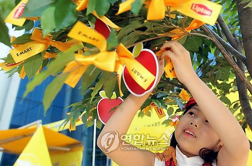 c30ed386a1d (서울=연합뉴스) 배정현 인턴기자 = 13일 서울 이마트 성수점에서 결식아동에게 도시락을 전달하는 '제2회 옐로 트리 나눔 캠페인'이  열리고 있다.