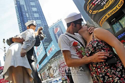 수병과 간호사처럼 키스하는 미국 연인들[AP=연합뉴스 자료사진]