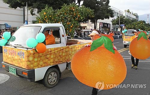 2010년 서귀포칠십리축제 거리행진  << 연합뉴스 DB >>