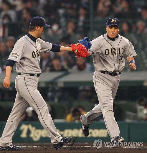 2011년 일본프로야구 오릭스에서 함께 뛴 박찬호(왼쪽)와 이승엽.