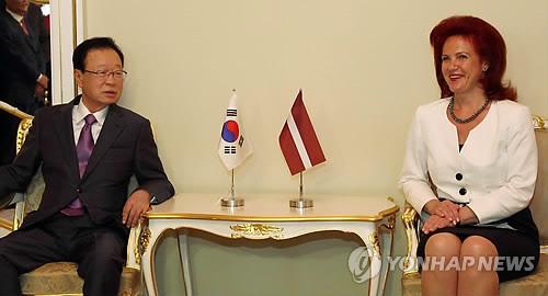 2011년 7월 발트 3국 순방 중 라트비아 의회의장과 면담하는 박희태 전 국회의장