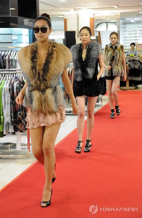 bf1f6b2abc8 ... △... (부산=연합뉴스) 부산 부산진구 부전동 롯데백화점 부산본점이 8일 마련한 모피패션쇼에서 여성모델들이 최신 모피제품을  선보이고 있다.