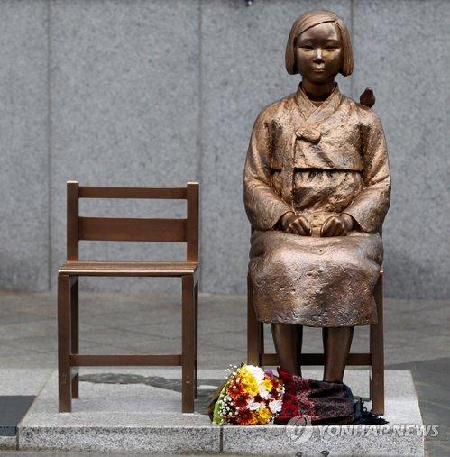 日本大使館前の「平和の少女像」=(聯合ニュース)