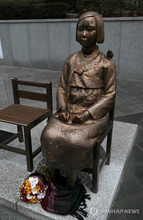 ソウルの日本大使館前の「平和の少女像」=(聯合ニュース)