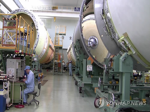 로켓 살피는 일본 미쓰비시중공업 직원들