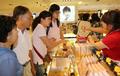 挑选韩国化妆品的中国游客