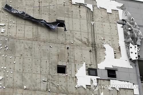 태풍에 뜯겨진 건물 외벽