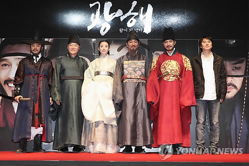 '광해..' 배우들, 900만 관객 돌파 감사 인사