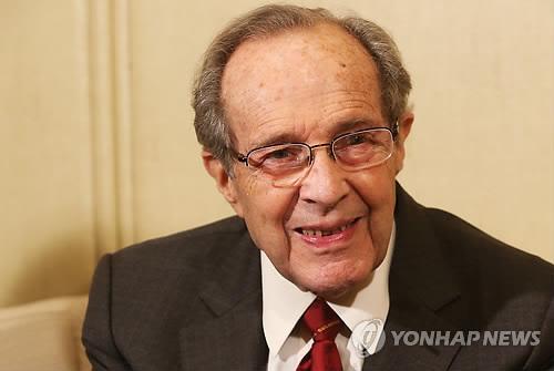인터뷰하는 윌리엄 페리 전 미국 국방장관