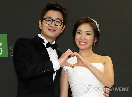ecb866267e2 (서울=연합뉴스) 김연정 기자 = 개그맨 윤형빈-개그우먼 정경미가 22일 오후 서울 여의도 63그랜드볼룸홀에서 비공개 결혼식을 올리기에  앞서 기자회견을 하고 있다.