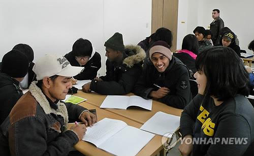 한글 공부하는 외국인 근로자들