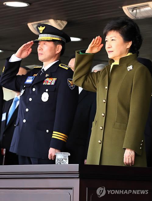거수경례하는 박근혜 대통령