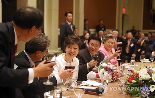 동포들과 건배하는 박 대통령