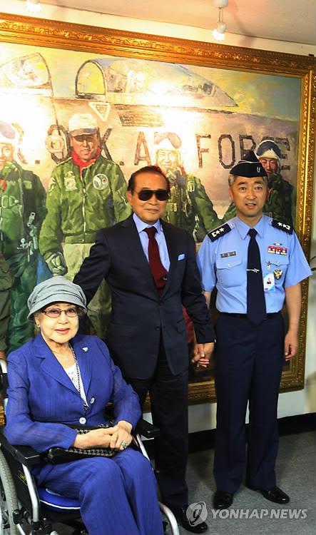 2013년 수원공군기지 방문한 영 '빨간 마후라' 주인공 최은희(왼쪽)-신영균(가운데)