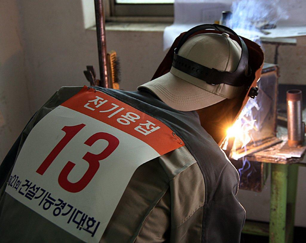 불꽃 튀는 용접작업
