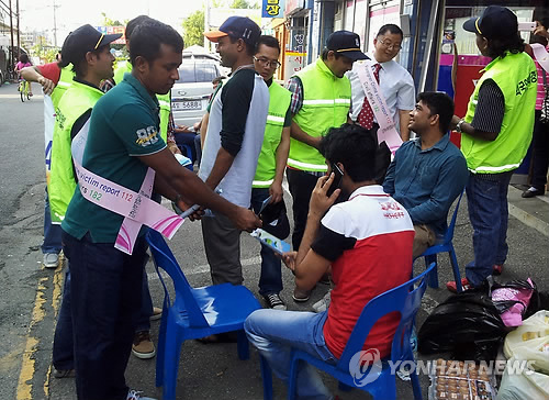 범죄예방 전단 나눠주는 외국인 명예 경찰대원