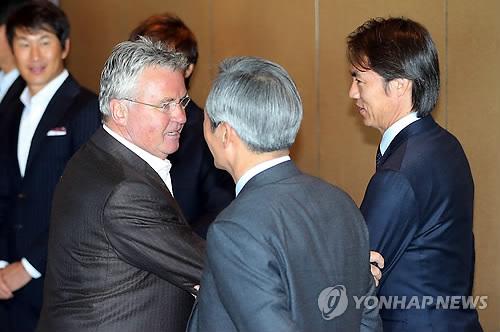 인사 나누는 히딩크와 홍명보 [연합뉴스 자료 사진]