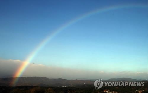 天空出现那一道彩虹_25日,一道彩虹出现在蓝天中.取景地为江原道江陵市.