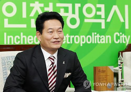 인터뷰하는 송영길 인천시장