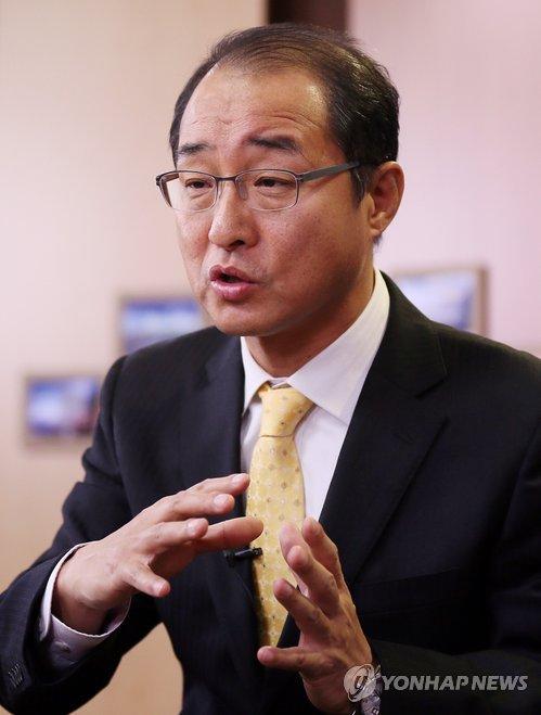 인터뷰하는 이성만 인천시의회 의장