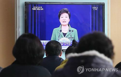 박근혜 대통령 담화문 발표 지켜보는 시민들