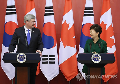 기자회견하는 박 대통령과 하퍼 캐나다 총리