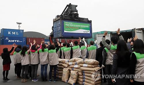 북한으로 가는 영양식 재료(연합뉴스 자료사진)