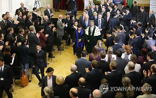 기립 박수 받는 박 대통령