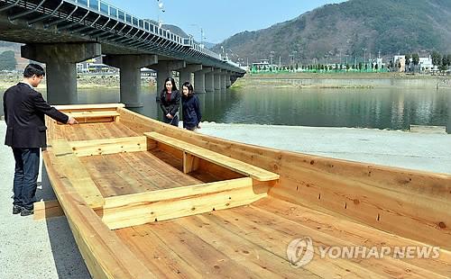 정선 조양강 나룻배 '아리랑 2호'