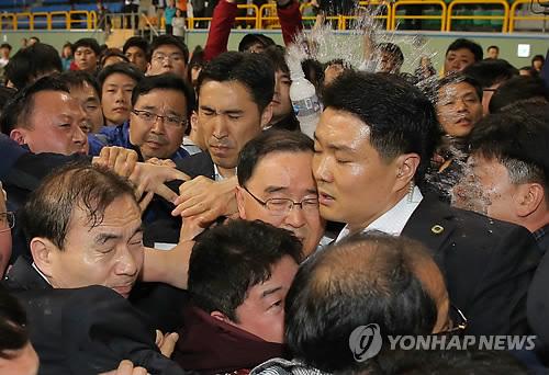 <여객선침몰> 물병 맞는 정홍원 총리