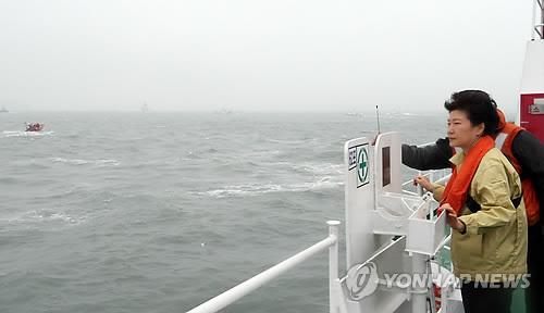 사고현장 방문한 박 대통령